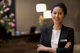 Portrait of confident Chinese hotel managerの写真素材 [FYI02231785]