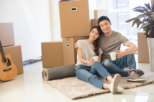 Happy young Chinese couple moving to a new houseの写真素材 [FYI02231788]