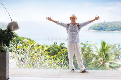 Happy young Chinese man on vacationの写真素材 [FYI02231798]