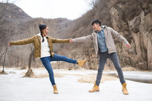 Happy young Chinese couple enjoying winter outingの写真素材 [FYI02231839]