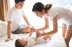 Happy young familyの写真素材 [FYI02231843]