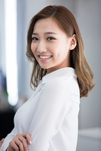 Portrait of cheerful young Chinese businesswomanの写真素材 [FYI02231852]