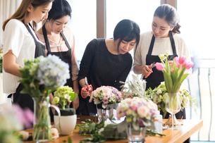 Young women learning flower arrangementの写真素材 [FYI02231858]