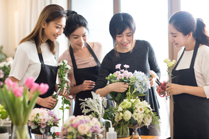 Young women learning flower arrangementの写真素材 [FYI02231859]