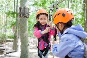 Happy children playing in tree top adventure parkの写真素材 [FYI02231877]