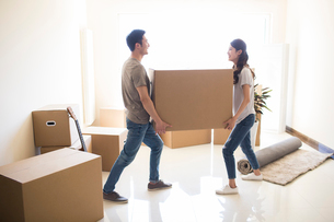 Happy young Chinese couple moving to a new houseの写真素材 [FYI02231912]