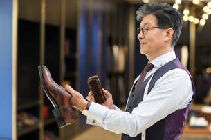 Chinese fashion designer polishing leather shoesの写真素材 [FYI02231918]