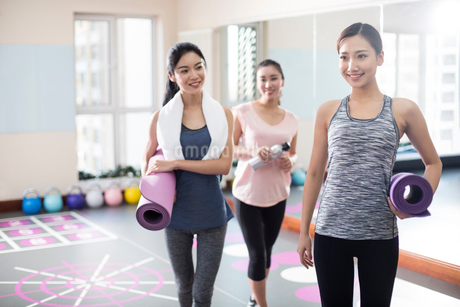 Young women with yoga mats at gymの写真素材 [FYI02231920]