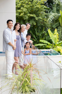 Happy Chinese family on vacationの写真素材 [FYI02231924]