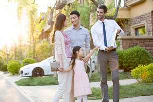 Happy young Chinese family and real estate agentの写真素材 [FYI02231927]
