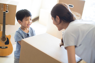 Happy young Chinese mother and son moving homeの写真素材 [FYI02231957]