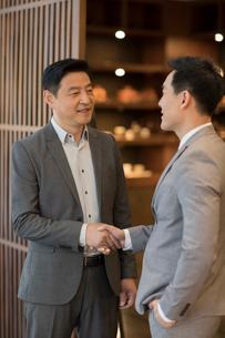 Cheerful Chinese businessmen shaking handsの写真素材 [FYI02231975]