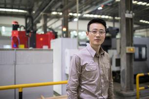 Confident engineer in the factoryの写真素材 [FYI02231988]