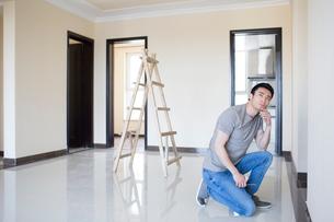 Young Chinese man designing home renovationの写真素材 [FYI02231992]