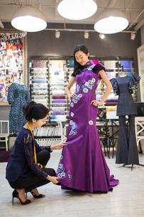 Chinese fashion designer adjusting customer's dressの写真素材 [FYI02231993]