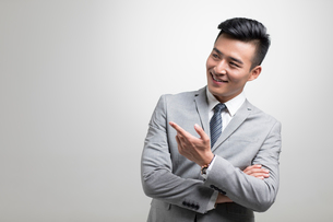 Cheerful young Chinese businessmanの写真素材 [FYI02231995]