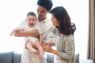 Happy young familyの写真素材 [FYI02232003]