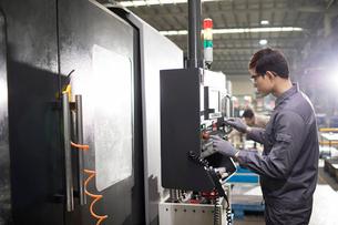 Confident engineer working in the factoryの写真素材 [FYI02232017]