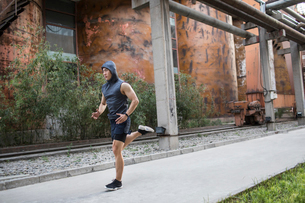 Young Chinese man jogging outdoorsの写真素材 [FYI02232024]