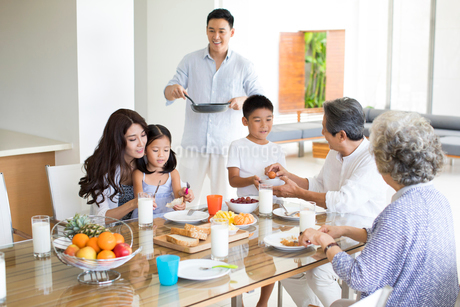 Happy Chinese family having breakfastの写真素材 [FYI02232042]