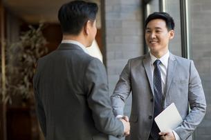 Cheerful Chinese businessmen shaking handsの写真素材 [FYI02232043]