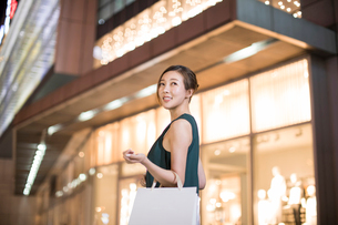 Cheerful young Chinese woman shoppingの写真素材 [FYI02232046]