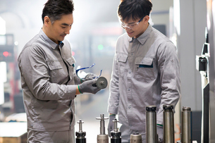 Confident engineers working in the factoryの写真素材 [FYI02232058]