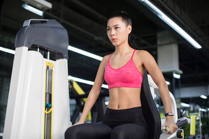 Young woman exercising at gymの写真素材 [FYI02232076]