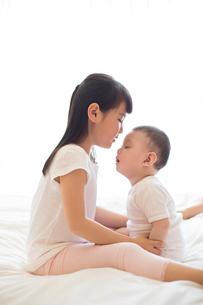 Little girl and baby boyの写真素材 [FYI02232083]