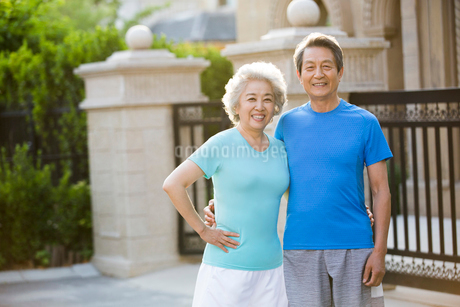Cheerful senior Chinese couple exercising outsideの写真素材 [FYI02232092]