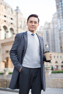 Portrait of confident Chinese businessmanの写真素材 [FYI02232101]