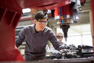 Confident engineer working in the factoryの写真素材 [FYI02232109]