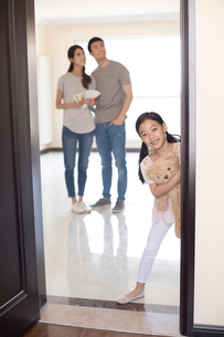 Happy young Chinese family working on home renovationの写真素材 [FYI02232149]
