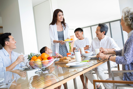 Happy Chinese family having breakfastの写真素材 [FYI02232150]