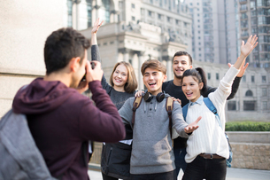 Cheerful abroad students taking photos on campusの写真素材 [FYI02232156]