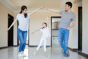 Happy young Chinese family holding keys in their new houseの写真素材 [FYI02232168]