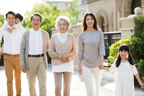 Happy Chinese family strolling outsideの写真素材 [FYI02232172]
