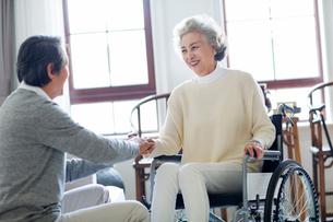 Senior man taking care of wife in wheel chairの写真素材 [FYI02232187]