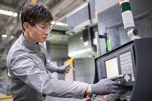 Confident engineer working in the factoryの写真素材 [FYI02232193]