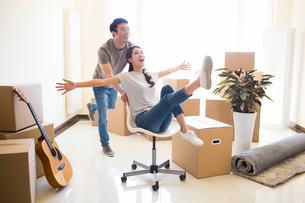 Happy young Chinese couple moving to a new houseの写真素材 [FYI02232194]