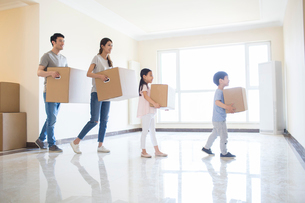 Happy young Chinese family moving homeの写真素材 [FYI02232198]