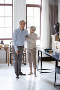 Senior woman taking care of husbandの写真素材 [FYI02232233]
