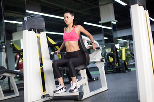 Young woman exercising at gymの写真素材 [FYI02232235]