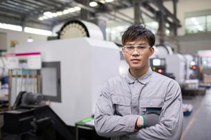 Confident engineer in the factoryの写真素材 [FYI02232250]