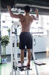 Young man exercising at gymの写真素材 [FYI02232252]