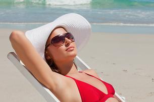 Pretty woman on a deck chair with sunglasses having a sunbathの写真素材 [FYI02232646]