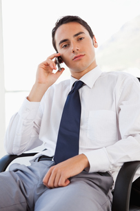 Portrait of a handsome businessman calling with his smartphoneの写真素材 [FYI02232706]