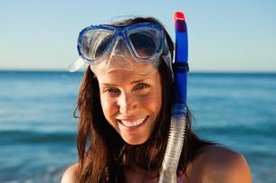 Portrait of a beautiful woman wearing snorkelingの写真素材 [FYI02232754]