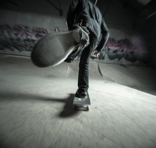 Skater pushing towards the rampの写真素材 [FYI02232880]