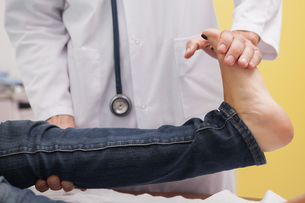 Doctor auscultating a patient ankleの写真素材 [FYI02232894]